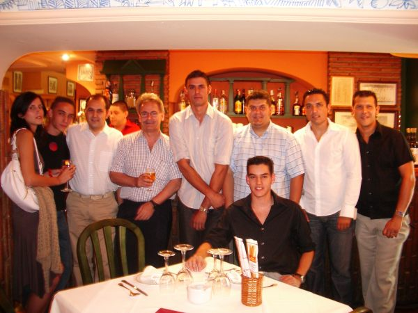 foto del grupo esperando para comer