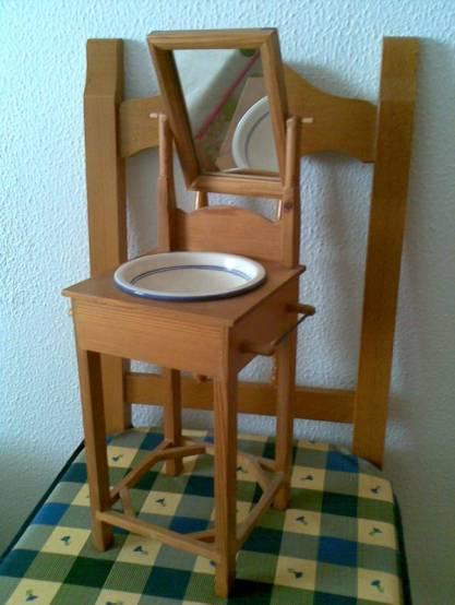 palanganero rustico sobre una silla